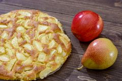 Charlotte de manzanas y de peras en un fondo de madera marrón Aún-vida del otoño Imágenes de archivo libres de regalías