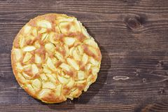 Charlotte des pommes et des poires sur un fond en bois brun Encore-durée d'automne Images libres de droits