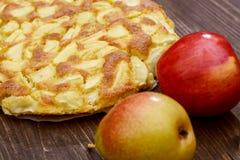 Charlotte des pommes et des poires sur un fond en bois brun Encore-durée d'automne Photos libres de droits