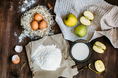 Charlotte-Kuchenbestandteile auf hölzerner Tabelle Lizenzfreie Stockfotos