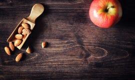 Charlotte med äpplen och muttrar Förberedelse av äpplebakning med Arkivbild