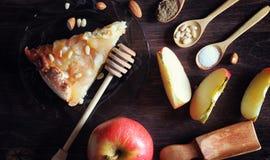 Charlotte med äpplen och muttrar Förberedelse av äpplebakning med Royaltyfri Fotografi