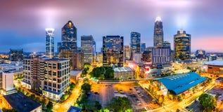 Charlotte, NC-Skyline an einem nebeligen Abend Lizenzfreies Stockfoto
