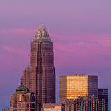 Charlotte, North Carolina, skyline no sol da tarde imagens de stock royalty free