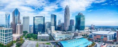 charlotte North Carolina stadshorisont och i stadens centrum Royaltyfria Bilder