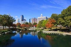 Charlotte Skyline em Marshall Park fotos de stock