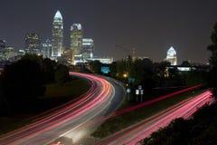 Charlotte-Skyline nachts Stockbilder