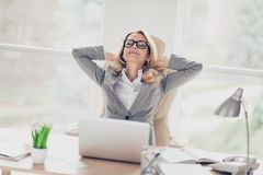 Charma blondin, nätt kvinnasammanträde på skrivbordet i arbetsplatsen, hol Royaltyfria Bilder