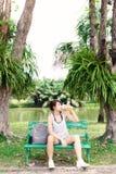 Charma den härliga asiatiska kvinnan få den törstig, för it's soliga dagen och varmt väder Den nätta flickan tar vilar och känn fotografering för bildbyråer