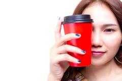 Charma den härliga unga kvinnan som rymmer papperskoppen kaffe Attr royaltyfri foto
