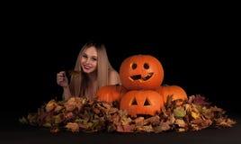Charma den halloween häxan med roliga pumpor Royaltyfri Bild