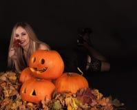 Charma den halloween häxan med roliga pumpor Royaltyfri Fotografi