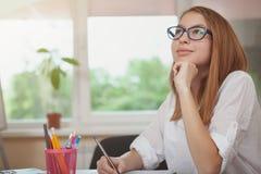 Charma den tonårs- flickan som studerar för examina arkivbild