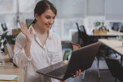 Charma den unga affärskvinnan som arbetar på hennes kontor arkivbild