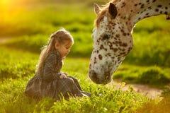 Charma flickan med den härliga prickiga hästen arkivbild