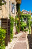 Charma gränden i denVence staden i Provence, Cote d'Azur, Frankrike royaltyfri fotografi