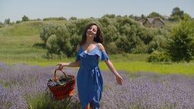 Charma kvinnan med korgen som går i den blom- gläntan stock video