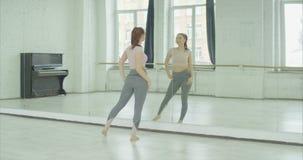 Charma kvinnan som beundrar hennes reflexion i spegel lager videofilmer