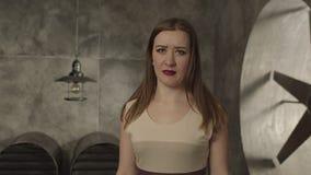 Charma kvinnan som chockas av oanständigt förslag arkivfilmer