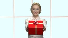 Charma kvinnan som ger gåvaasken stock video