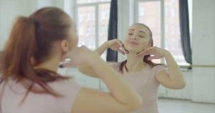 Charma kvinnan som jublar hennes reflexion i spegel arkivfilmer