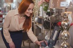Charma kvinnan som tycker om shoppa det hemmastadda dekorlagret royaltyfri bild