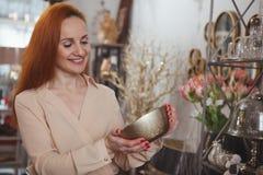 Charma kvinnan som tycker om shoppa det hemmastadda dekorlagret fotografering för bildbyråer
