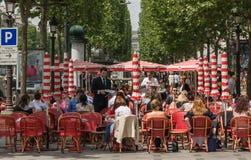 Charma paris Vila på gatorna av Paris Arkivfoton