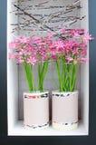 Charmant binnenland met potten van bloemen op een gebied in de muur Stock Fotografie