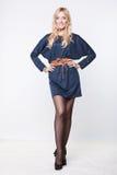 Charmant blondemodel in blauwe kleding stock afbeelding
