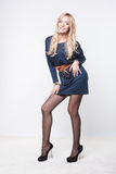 Charmant blondemodel in blauwe kleding stock foto's
