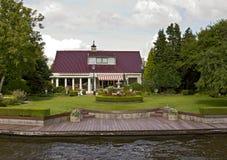 Charmant huis dichtbij kanaal royalty-vrije stock afbeelding