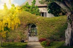 Charmant huis met wijnstok-behandelde omheining royalty-vrije stock fotografie