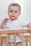 Charmant kind in de voederbak Royalty-vrije Stock Afbeeldingen