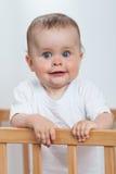 Charmant kind in de voederbak stock afbeelding
