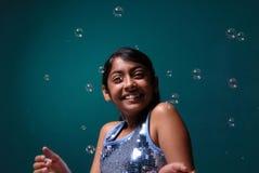 Charmant meisje dat door zeepbel wordt omringd Royalty-vrije Stock Foto