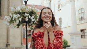 Charmant Meisje die Pret op Straat van Oude Stad op Gelukkige Dag hebben stock video