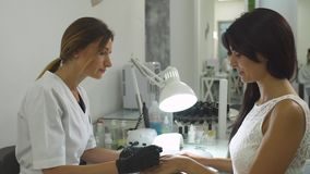 Charmant meisje in een manicuresalon stock videobeelden