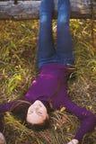 Charmant meisje in het de herfstpark stock foto's