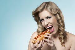 Charmant meisje met hotdog Royalty-vrije Stock Afbeelding