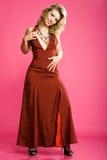 Charmant meisje in mooie lange rode kleding Stock Foto's