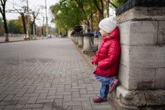 Charmant meisje in openlucht in stad Stock Afbeelding