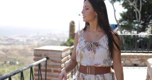 Charmant model die van zonlicht op balkon genieten stock footage