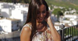 Charmant model die van zonlicht op balkon genieten stock video