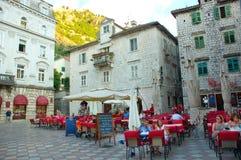Charmant stadsvierkant in Kotor, Montenegro Stock Afbeelding