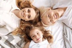 Charmant trois femelles de mensonge différent d'âge tête à tête Photos libres de droits