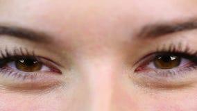 Charmant wijfje die en van het leven glimlachen genieten Mooie ogen Close-upvideo stock video