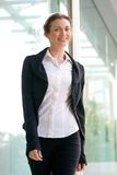 Charmante bedrijfs en vrouw die buiten glimlachen lopen Stock Foto's