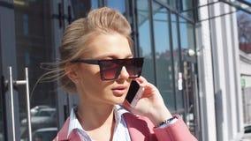 Charmante bedrijfsvrouw die met klanten in de straat spreken Lage hoekmening Modieus kijk stock footage