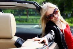 Charmante blonde en de auto stock afbeeldingen